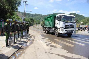 Dân tụ tập, công an 'thông đường' cho xe rác được vào bãi