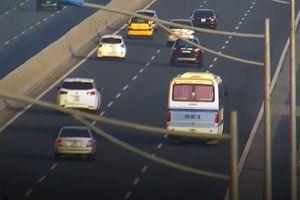 Phạt tiền, tước bằng lái 3 tháng tài xế dừng xe khách giữa cao tốc