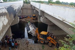 Ấn Độ: Xe buýt lao xuống sông, 29 người chết, nhiều người bị thương