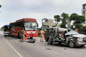 Xe Innova vỡ nát sau cú tông liên hoàn trên quốc lộ 1A khiến 2 người bị thương nặng