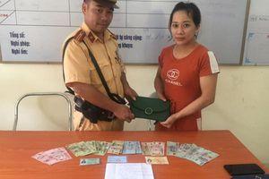 Hốt hoảng đi tìm chiếc ví bị rơi, người phụ nữ may mắn được CSGT nhặt được và trao trả