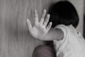 Đang chơi trước sân nhà, bé gái 6 tuổi bị kẻ lạ mặt bế ra vườn sàm sỡ