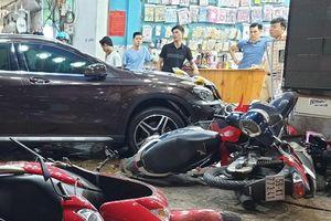 Kinh hãi cảnh người, xe máy la liệt vì bị nữ tài xế lái Mercedes tông