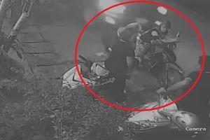 Clip: Dừng xe dưới lòng đường để nói chuyện, hai mẹ con bị ô tô tông trúng