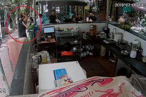 Truy tìm nhóm côn đồ hành hung chủ quán cà phê giữa ban ngày ở Hà Nội