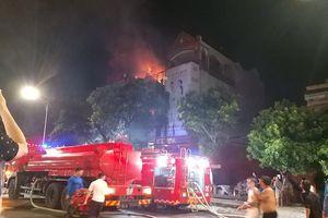 Cháy dữ dội cửa hàng ảnh viện áo cưới giữa TP Vinh