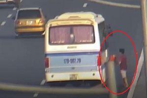 Tài xế dừng xe giữa cao tốc để nhận đồ bị tước bằng lái