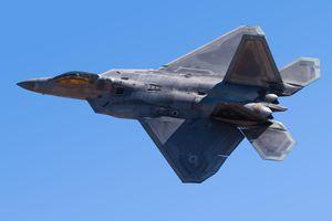 Cảnh quay ấn tượng khi bay cùng tiêm kích F-22 Raptor