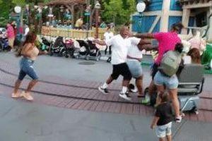 Phụ huynh đánh nhau quyết liệt trước mặt trẻ nhỏ trong Disneyland