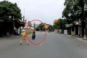 Bị 'tuýt còi', xe máy lao thẳng vào cảnh sát giao thông