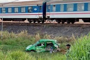 Tàu hỏa húc văng taxi khiến hai người tử vong