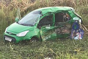 Quảng Ngãi: Tàu SE1 đâm taxi văng xuống ruộng, 5 người thương vong