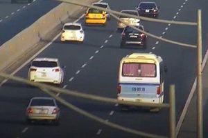 Phạt tài xế dừng ô tô nhận đồ của khách trên cao tốc Hà Nội - Hải Phòng
