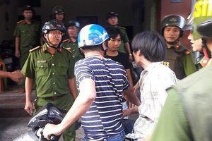 Người đàn ông vô cớ phá cửa nhiều nhà dân, đánh bị thương 2 công an