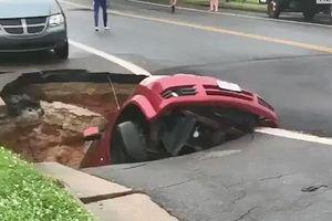 'Hố tử thần' nuốt trọn ôtô trên đường phố Mỹ