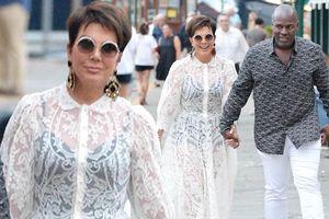 Mẹ ruột Kim Kardashian U70 mặc xuyên thấu sánh đôi tình trẻ kém 25 tuổi