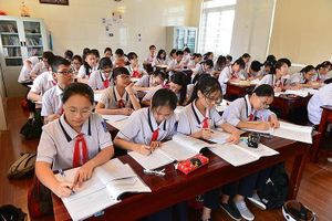 Đồng phục học sinh 'miếng bánh ngon' cho hiệu trưởng