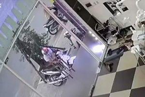Clip: Màn bẻ khóa trộm xe táo tợn chỉ trong 5 giây ngay giữa phố Hà Nội