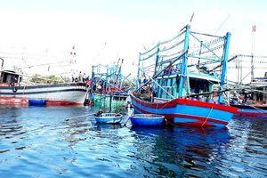 Quảng Nam: Trục vớt tàu cá bị chìm ở khu vực biển Cửa Đại lên bờ an toàn