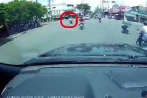 Clip: 'Nữ ninja' vượt đèn đỏ tông vào đôi nam nữ rồi thản nhiên phóng xe đi tiếp khiến người dân bức xúc