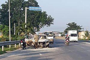 Xe Innova bốc cháy cạnh Trạm BOT Sông Phan