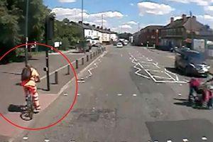Vượt đèn đỏ, xe đạp đâm liên tiếp vào 2 cây cột
