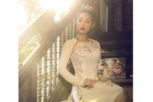 Võ Việt Chung mang áo dài trình diễn tại Canada