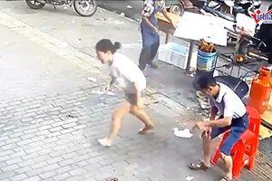 Cả chảo dầu sôi đổ vào chân, cô gái nhanh trí nhảy vào thùng nước