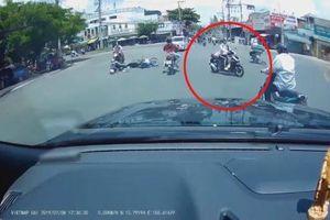Vượt đèn đỏ làm 2 người đi xe máy té ngã, nữ 'ninja' thản nhiên bỏ đi