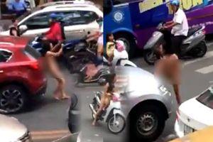 Clip người mẹ khỏa thân dừng xe chở con gái giữa đường Sài Gòn, đạp và tông ô tô