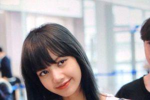 Lisa (BlackPink) gây náo loạn sân bay với mái tóc mới nhuộm màu đen xinh lung linh như búp bê