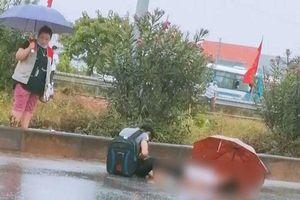 Chồng chết lặng ôm thi thể vợ bị xe tải tông tử vong khi băng qua đường cao tốc
