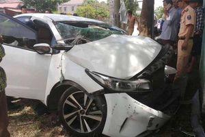 Ô tô 4 chỗ tông vào gốc cây ven đường, 3 người bị thương