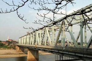 Sửa chữa mặt cầu Yên Bái, các phương tiện di chuyển thế nào?