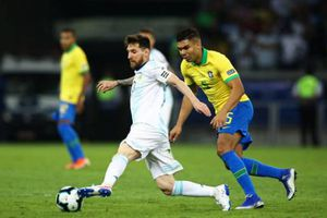 Dani Alves chỉ trích Messi vì phát ngôn tranh cãi