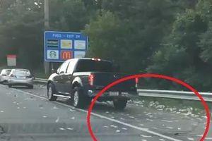 Xe tải đánh rơi 175.000 USD trên cao tốc Mỹ, tài xế đua nhau 'hôi của'