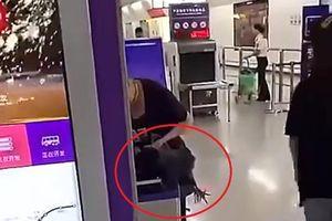 Bị cấm mang gà sống lên tàu, người phụ nữ cắt tiết gà tại sân ga