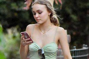 Con gái 20 tuổi của Johnny Depp có sở thích bỏ quên nội y khi dạo phố