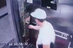Nóng mạng xã hội: Choáng váng cú ra đòn chân khi bấm thang máy bất thành