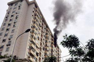 Cháy căn hộ tầng 15 chung cư, người dân hoảng hốt tháo chạy