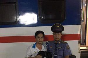 Nhân viên tàu SE4 trả lại đồ cho hành khách bỏ quên trên tàu