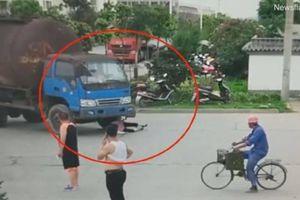 Người phụ nữ vác xe đạp nằm lăn trước bánh xe tải nhằm 'ăn vạ'