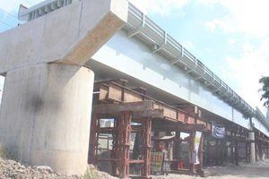 Cầu đường sắt Bình Lợi bị dừng vì một hộ dân, tuần sau sẽ giải quyết
