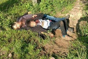 Cậu bé di cư bị cứa cổ nằm cạnh xác cha vứt bên vệ đường gây rúng động