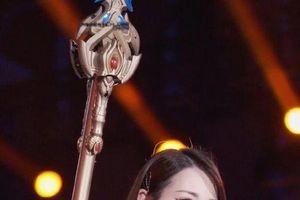 Địch Lệ Nhiệt Ba xinh đẹp tựa như nữ thần bước ra từ trong game với một hoạt động công ích