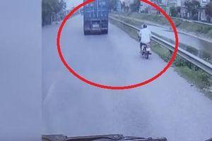 Clip: Vượt xe container, người đàn ông đi xe máy suýt chết