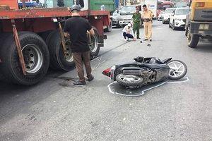 Va chạm với xe container, một phụ nữ bị thương nặng