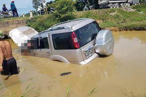 Ô tô 7 chỗ lật ngửa dưới nước, 5 người thương vong