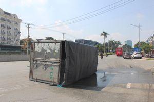 Xe tải chở hóa chất lật ngang ở Đồng Nai, hóa chất tràn ra đường