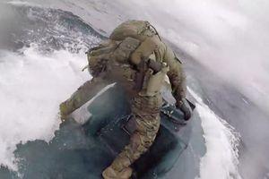Nín thở xem tuần duyên Mỹ chặn tàu ngầm chở 8 tấn cocaine